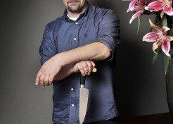 TV Koch Tim Mälzer mit Messer